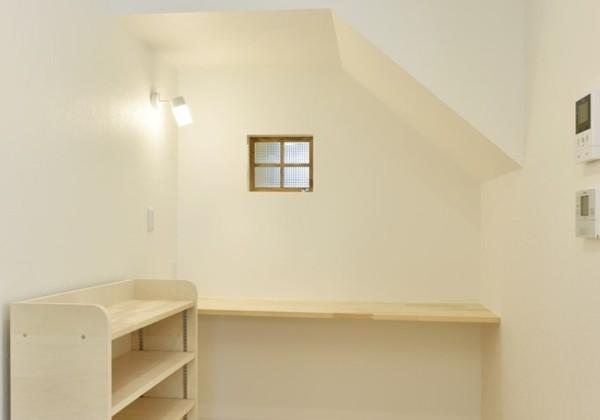 階段下を利用した書斎スペース 階段下は階段の傾斜があるため変形した空間となります。 階段下収納にすることが多いですが、書斎スペースにした事例です。 はめごろしの室内窓はカットにより灯りがきれいに見えるものにすることで、書斎スペースの反対側の灯りをつけると窓にも表情が生まれおしゃれな空間となります。 福岡工務店 福岡注文住宅建設 福岡注文住宅