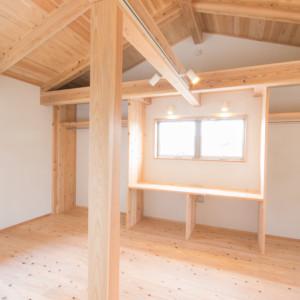 こだわりの天然素材を使った木の家 床は杉浮造りの無垢材、壁は100%天然素材を使用した体に優しい子ども部屋。りっぱな梁や柱を見せた大空間に今必要な左右対称の机を造作。お子様の成長に合わせて間取り変更も可能です。既存のものを撤去して作りなおすのは新しく作るより割高になってしまいます。今必要のないものは省きシンプルなつくりにしておき必要になった時点で追加する家にしておくのはGood! 浮いた予算で材料のグレードアップも可能になります。 福岡工務店 福岡注文住宅建設 福岡注文住宅