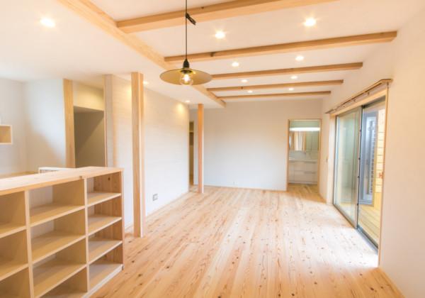本物にこだわった贅沢なリビング こちらのお宅の床は全て35mmの杉浮造りの無垢を使用。壁は100%天然素材であるシラスを使用し、消臭、調湿効果のある中霧島壁。本物にこだわった贅沢なリビングです。 福岡工務店 福岡注文住宅建設 福岡注文住宅