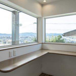 窓からの眺めを楽しむ家 キッチンの一角に設けられた多目的のカウンター。イスを置けば、家事の合間に景色を眺めながらのティータイムも楽しめそうです。 福岡工務店 福岡注文住宅建設 福岡注文住宅
