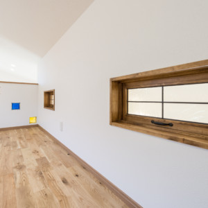 子供部屋のロフトに設けられた室内窓 お子さんの部屋にロフトを設けそこを部屋の一部として使用すると、一室であっても二つの空間が得られます。夏場の屋根付近の温度は断熱効果の大きな家でも他の空間より温度が上がります。そんな時に窓を開け、他室と空気が循環するようにすることで空調効果も良くなる場合がありますので、室内窓を検討するのも良いでしょう。ただし、小さなお子様のいる家庭では転落事故の心配もありますので、設置する高さや大きさなどの安全面を考慮する必要があります。 福岡工務店 福岡注文住宅建設 福岡注文住宅