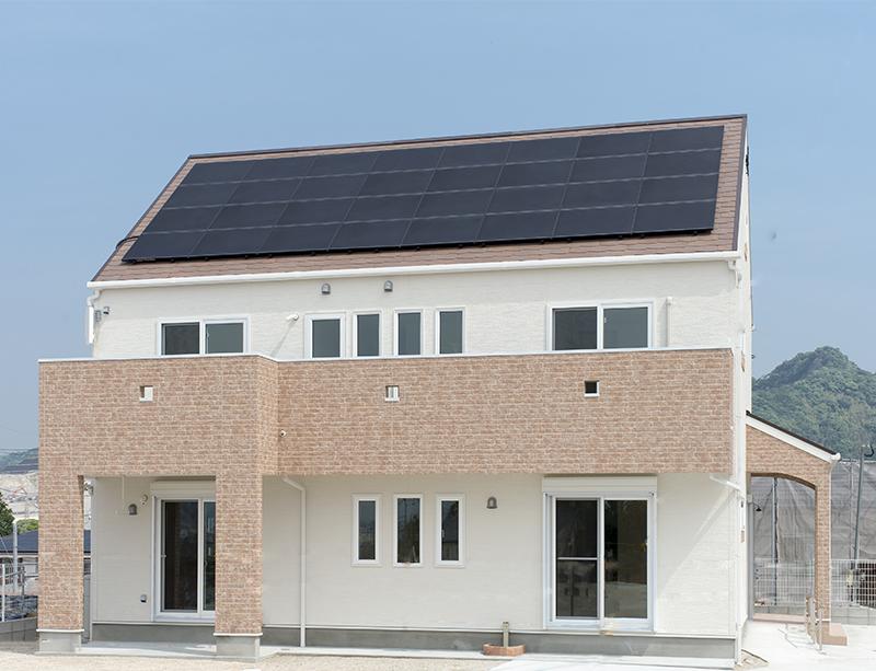 九州の日照時間の長さを利用した太陽光発電 屋根の上に太陽光発電設備を設置した事例。ある程度の照度があれば曇った日でも、発電してくれます。太陽光発電の設備が稼働可能ならば、災害時の強い味方になってくれます。現在は電力会社に売電していますが、蓄電池を導入すれば、昼間に蓄えた電気を夜も使用することが可能になります。 福岡工務店 福岡注文住宅建設 福岡注文住宅