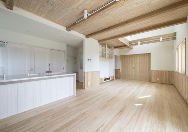 無垢材を使うことで部分補修も可能なペットと住む家 無垢材をふんだんに使用した木の家は自宅飼いのペットにも優しい家です。特に床材はすべりやすく足を痛める原因にもなるため、天然のものが良いとされています。こちらの家の壁には無垢の桧の腰板が使用されています。飼われている猫がひっかいても目立ちにくいのでチョイスしましたが、万が一目立ってしまったとしても、1枚ごとに部分補修ができるような工夫がなされています。 福岡工務店 福岡注文住宅建設 福岡注文住宅