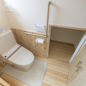 ペットのためのトイレ空間(猫) 家族のトイレの横に猫専用のトイレを設置。臭いが漏れないように、出入りのできる専用の扉を設置。 福岡工務店 福岡注文住宅建設 福岡注文住宅