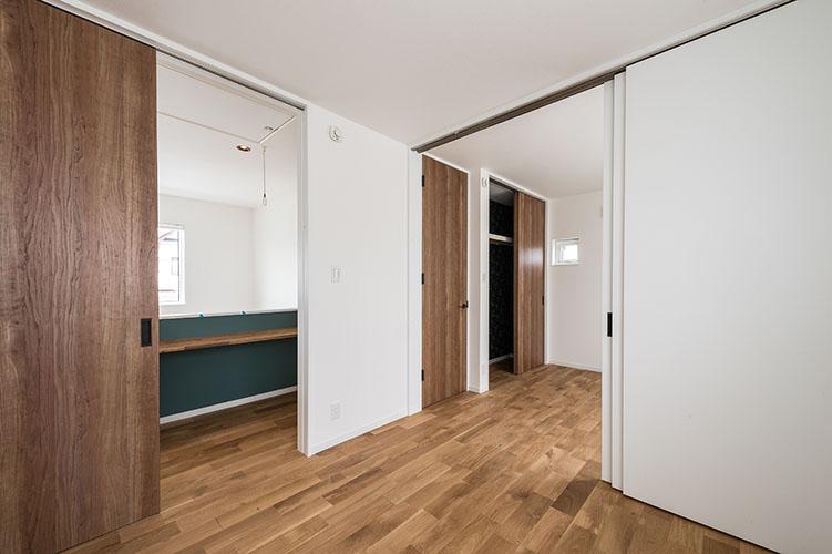 部屋を区切る お子様が大きくなったときに二部屋として使用できるようにと、予め扉を2つ、クローゼットを2つという部屋をつくられる方が多いです。必要になる時はいつでしょうか? 時期がわかっている場合、またそれが必要なくなる日がくる場合は、壁ではなく扉(引き戸)を利用した間仕切りも選択肢の一つとなります。釣り戸タイプのものを選ぶことで扉を外すことも可能ですし、床はレールもなくスッキリと使えます。 福岡工務店 福岡注文住宅建設 福岡注文住宅