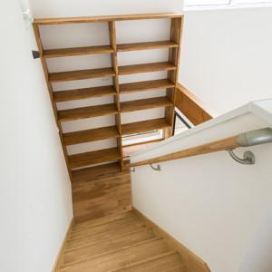 動線に置くのがポイント リビング学習が学力定着には有効であるとリビングの一角を勉強スペースに取り入れられる家庭が増えています。本好きに育てたかったら、自然な形で本に目がいくよう動線上に本棚を置くと良いそうです。こちらは階段の踊り場に本棚を設置した事例。リビングで読んだ本も移動のついでにサッと片付けられます。生活動線上に整理収納できるものを配置することは家が片付きやすくなるという点において一役買ってくれます。 福岡工務店 福岡注文住宅建設 福岡注文住宅