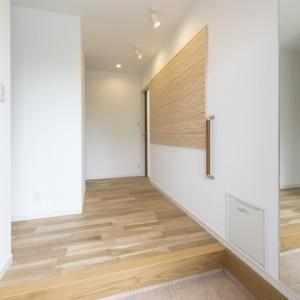 新築時に考えておきたい「老い」への準備 新築で建てた家も、 20年、30年と住み続けていくと、 家主もそれに伴い 20歳、30歳と老いていきます。 建てる時にはピンとこないかもしれませんが、 高齢になると、玄関に手すりや椅子があると便利。 こちらは玄関に設置した収納式の椅子と手すりの事例。 手すりの設置については、 どこにでも簡単に取り付けられるとお考えの方が多いですが、 体重をかけて使うものであるため、 石膏ボードの壁にクロスが貼られたような 釘もすぐ抜けてしまうといった強度の弱い壁には取り付けることができません。 新築時にあらかじめその部分を壁補強しておくと、 将来手すりが必要になった時、 思い通りの場所に取り付けることが可能になります。福岡工務店 福岡注文住宅建設 福岡注文住宅