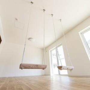 用途によっては、事前に対策が必要です 賃貸住宅の場合、勝手に棚をつけたり、穴をあけたりすることはできません。 ああしたい! こうしたい! も自分の家であれば思い通りにかなえることができますね。 ところで、かなえたい事柄によっては事前にその対策をしておかなければならないのをご存じでしょうか? 例えば これ! 天井からロープをぶら下げて取り付けられたブランコ。 ブランコを使用する人の体重、こいだ時にかかる力と 天井にはかなりの力が一時的にかかります。 しっかり取り付け金具が固定されていないと、 この力に耐えられず思わぬ事故や破損の原因となります。 そうならないために、大きな力がかかるところには補強を施しておく必要があります。 ・手すりを取り付ける ・エアコンを取り付ける ・グランドピアノを置く ・シャンデリアを取り付ける そういったシーンはこれ以外にもいろいろありますね。 何かを取り付けたり、置いたりする予定がある場合は 設計の段階でその旨をきちんとお伝えしておくとよいでしょう。 建築後に補強をするとなると、思った以上にお金がかかります。 福岡工務店 福岡注文住宅建設 福岡注文住宅