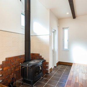 インテリアとしてもおしゃれなうえ、遠赤外線の輻射熱で体を芯から温めてくれると ここ数年人気の高まっている薪ストーブ。 電気やガスなどと違い災害時にも暖をとるだけでなく、料理することもできます。 薪ストーブで焼いた焼き芋は格別なんだとか。 そんな薪ストーブですが、家をつくっていくうえで火事にならないように・・・など 設置場所にも細心の注意が必要です。 また、忘れてならないのが、燃料となる薪のこと。 家の中と外のどこに保管し、どのような経路で薪ストーブまでもっていくのか。 この動線やスペースをしっかりと計画して設計しておかないと、 高いお金を払ったのにただの飾りになってしまうという もったいない使い方をすることにもなり兼ねません。福岡工務店 福岡注文住宅建設 福岡注文住宅